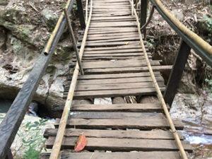 滝に向かう橋