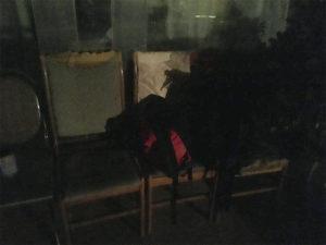 僕が一晩を過ごしたホテル前の椅子