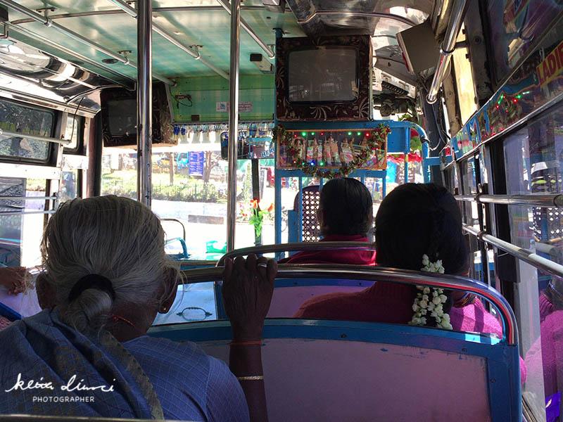 ローカルバス内の様子