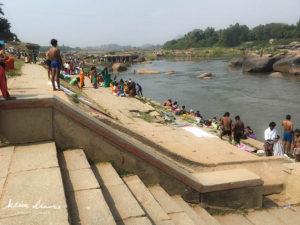 川で沐浴する人々