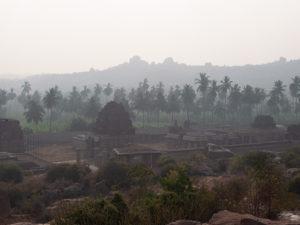 霧の中にそびえる古代遺跡