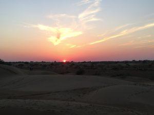 砂漠の夕暮れ